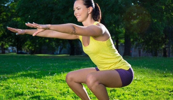 Este ejercicio se puede complicar más con la pelota fitball