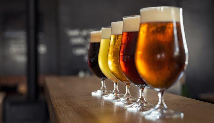 La cerveza negra tiene su origen de las maltas de color osuro