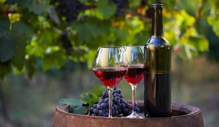 En el vino tinto, las uvas se aplastan después de su fermentación, de ahí su color