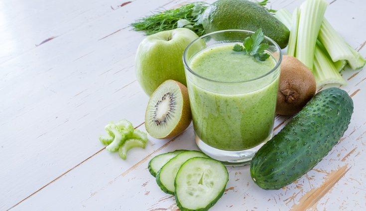 El batido de pepino, apio y manzana mantienen el cuerpo bien hidratado