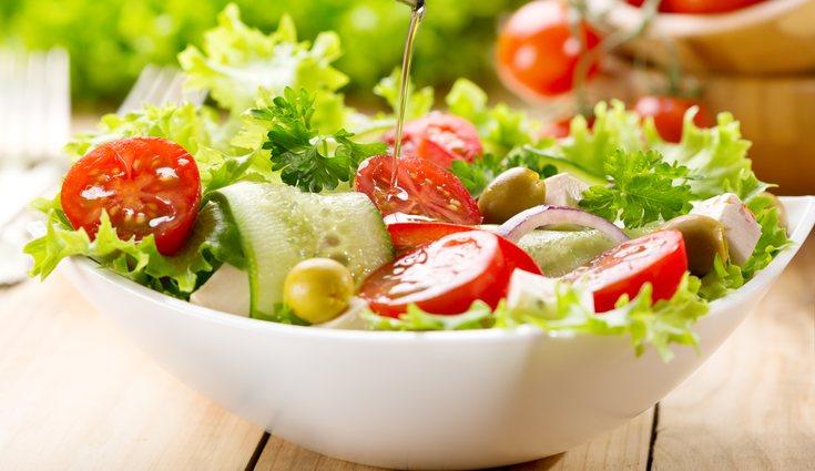 Un ejemplo de comida puede ser una ensalada de tomate y lechuga