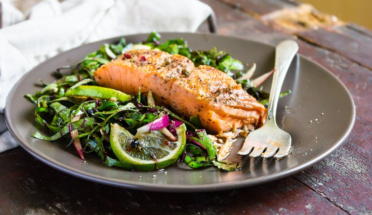 El salmón con acelgas tiene un alto contenido de Omega 3