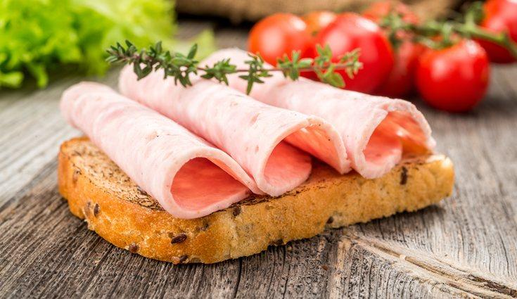 Una buena opción es una tostada con tomate y pavo para desayunar