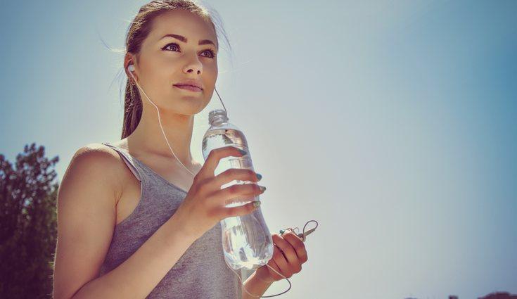 Hay que beber mucho agua para eliminar toxinas