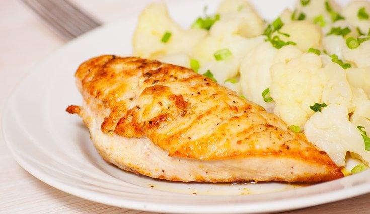 Un ejermplo de comida puede ser coliflor con pollo asado