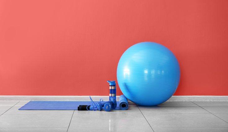 La pelota fitball ayuda a realizar las sentadillas de forma correcta