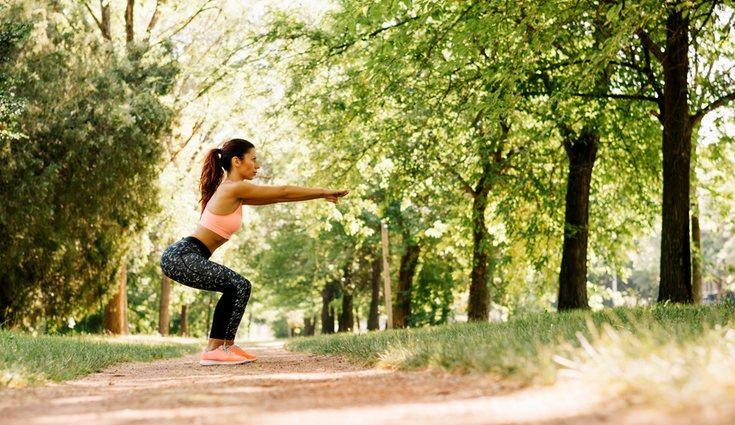 Mientras que se realiza el ejercicio la espalda tiene que estar rígida y recta