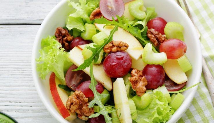 Ensalada de otoño con manzana y uva