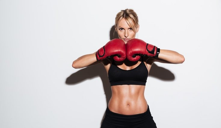Mujer practicando kickboxing